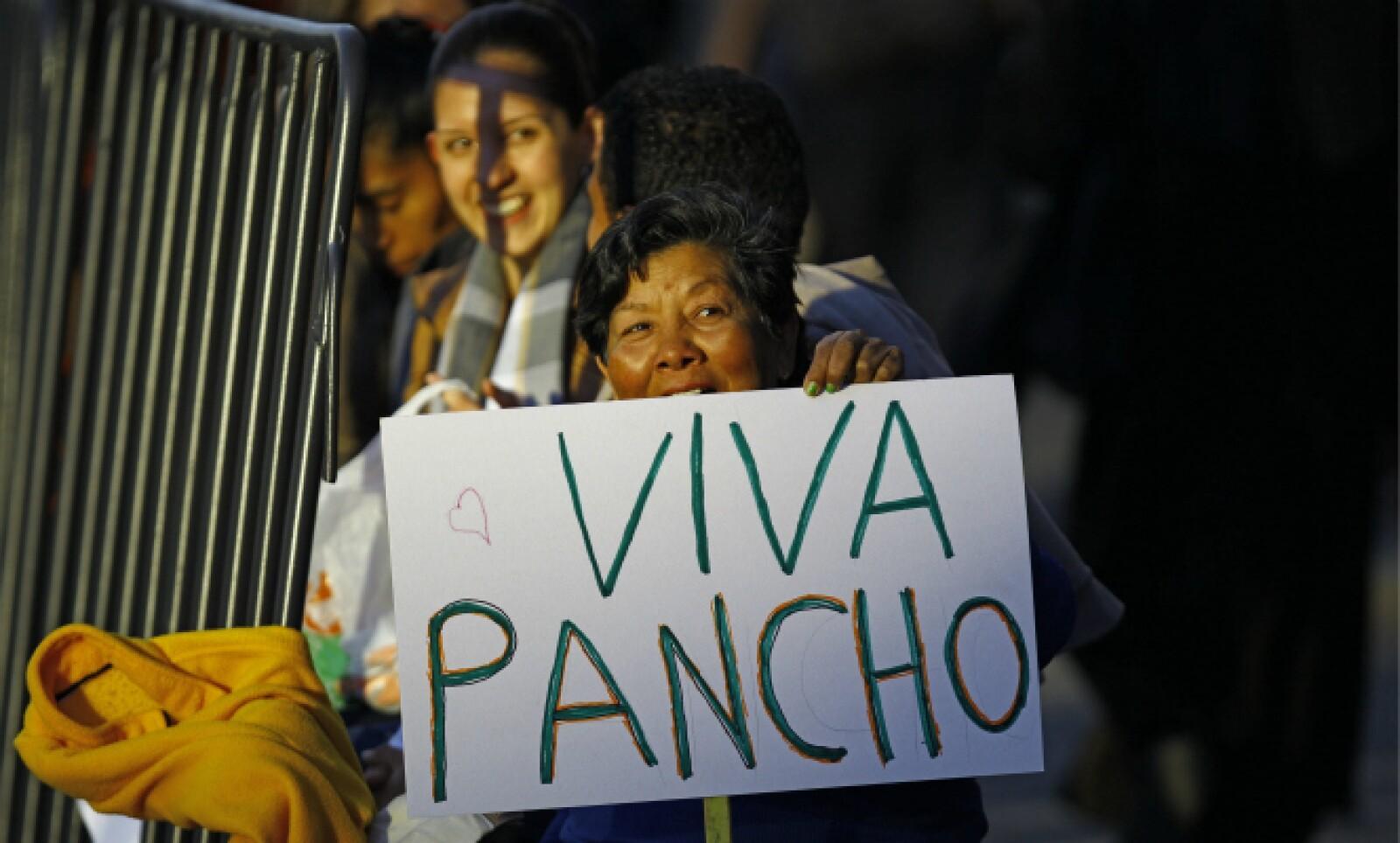 Los fieles se reúnen afuera del aeropuerto para dar la bienvenida al primer papa latinoamericano en visitar México.