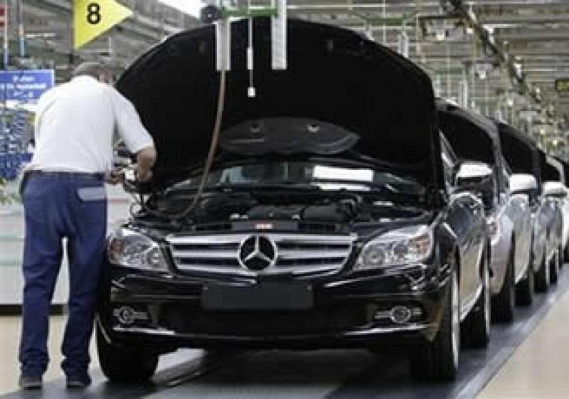 Daimler obtuvo ganancias de 140,000 millones de dólares en 2008, pero está pasando un momento difícil. (Foto: AP)