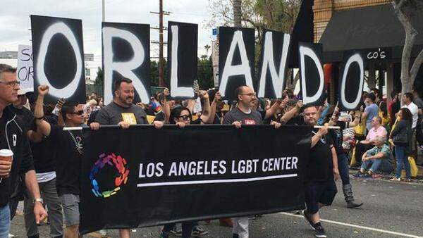 El domingo se realizó el desfile del Orgullo Gay en Los Ángeles, California, con un refuerzo en el dispositivo de seguridad. El contingente avanzó luego de un minuto de silencio.