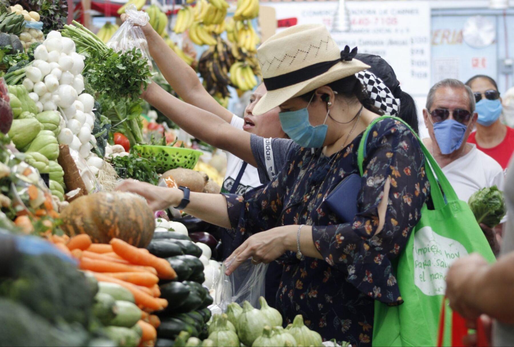 A pesar de que el Subsecretario de Salud, Hugo López Gatell, informó a la población que deben quedarse en casa para no propagar más el virus COVID-19, capitalinos acuden al Mercado Álamos portando cubrebocas como medida de prevención, para comprar alimentos