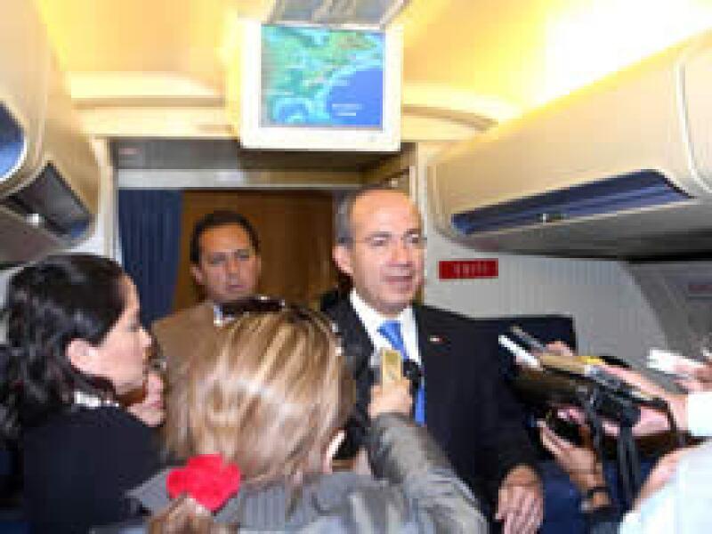 Calderón hizo un recuento de la gira en Washington DC a bordo del avión presidencial. (Foto: Notimex)