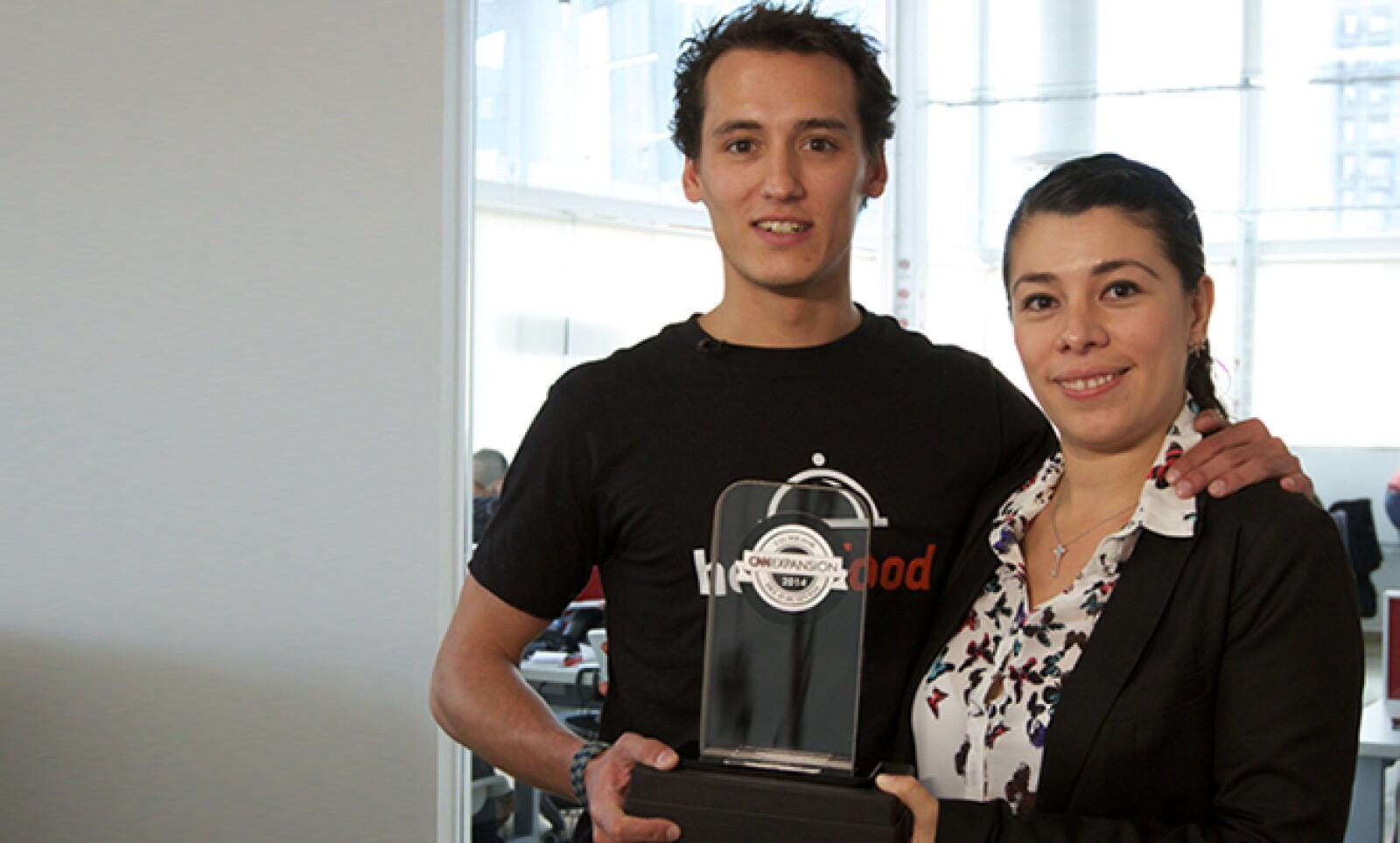 Recibió el premio a la Mejor App. El gerente de Marketing offline en AL de Hellofood Alessandro de Sario (izq.) recibió el premio en compañía de la gerente de Recursos Humanos Verónica Rojas. Compitieron contra Superama Móvil de Walmart México.