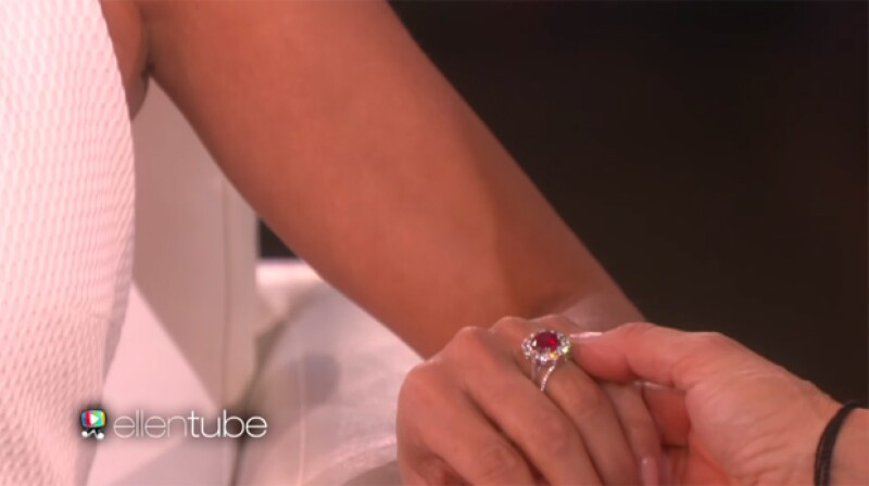 Eva presumió su impresionante anillo durante el show.