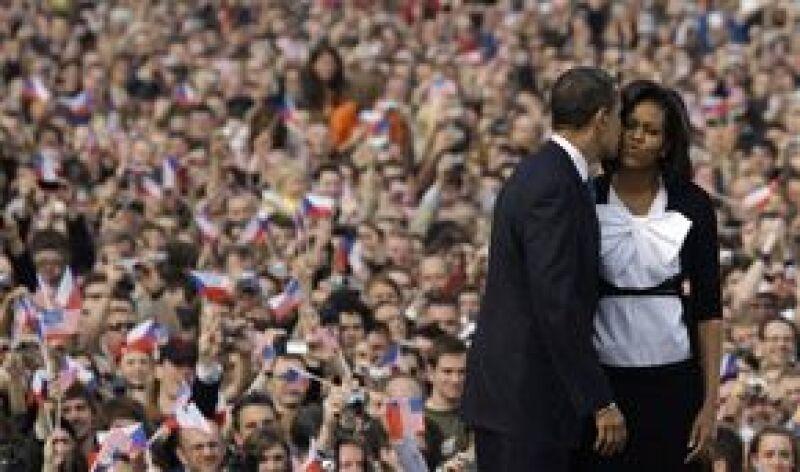 """La primera dama de Estados Unidos quedó prendada de la capital checa, en donde jóvenes y turistas coreaban """"¡Obama, Obama!"""""""