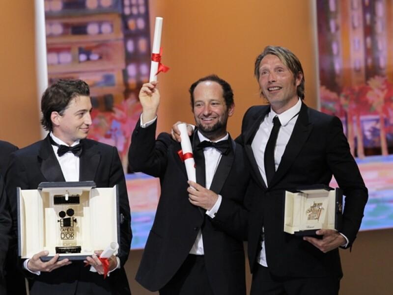 Benh Zeitlin, el director Carlos Reygadas y el actor Mads Mikkelsen con sus respectivos premios.