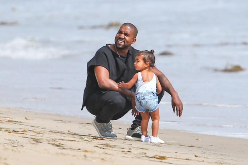 Kanye y North volteaban a ver a mamá de vez en cuando.
