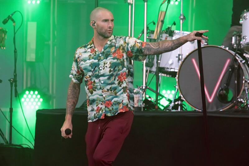 Adam Levine, un sex symbol mundial, estrena look para su gira mundial.