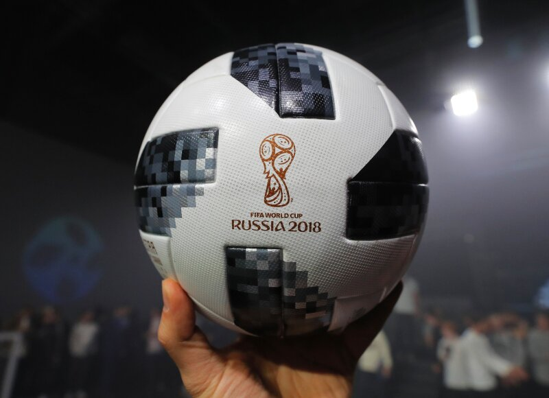 83990c8f07367 Telstar 18 El balón oficial retoma elementos del primer balón creado por  Adidas para un mundial. (Foto  YURI KOCHETKOV EFE)