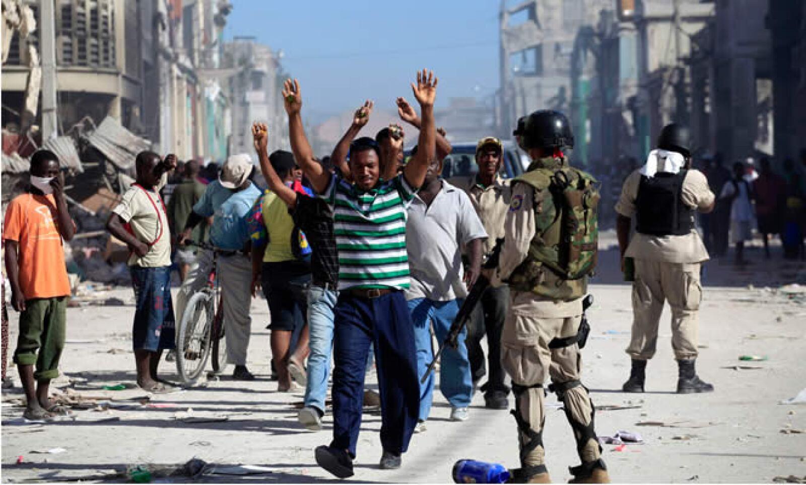 La policía haitiana arresta a sospechosos de saqueo en las calles de Puerto Príncipe. Autoridades hacen rondas para evitar la rapiña, que podría transformarse en una ola de violencia generalizada.