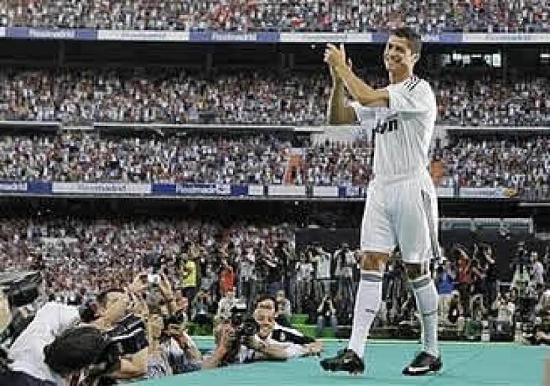El estadio Santiago Bernabéu aplaude el ingreso de Cristiano Ronaldo al Real Madrid, después de 3 años de expectativas.  (Foto: AP)