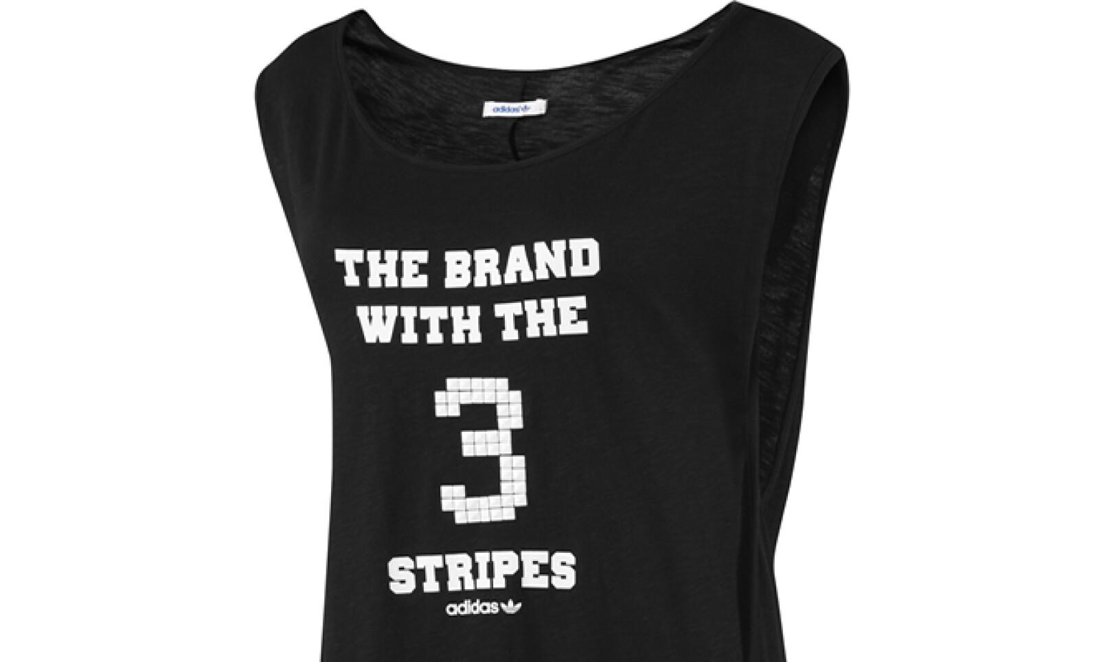 En color negro lanza su camiseta sin mangas, ideal para combinar con shorts.