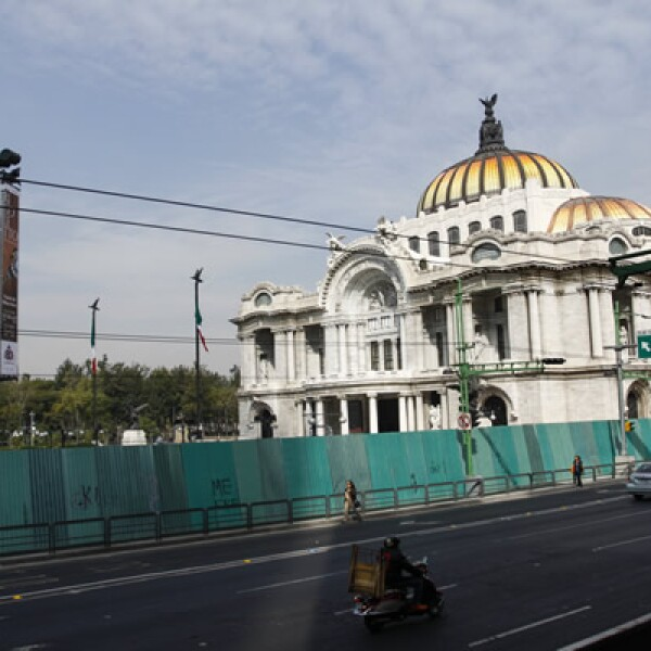 En México una megamarcha se dirige al Zócalo, la cual está apoyada por el STUNAM, los telefonistas de México, entre otros sindicatos.