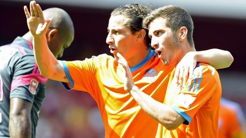 El mexicano Andrés Guardado (izquierda) de Valencia celebra con José Luis Gayá la victoria ante Benfica en Londres