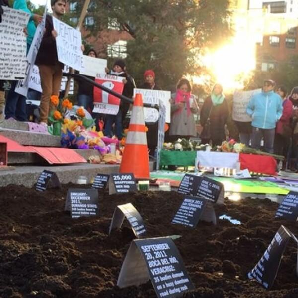 Mensajes con fechas y lugares donde se han presentado matanzas en los últimos 20 años en México, en una manifestación en Nueva York