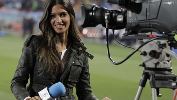 La reportera y novia de Iker Casillas recibió una propuesta de su cadena Telecinco para participar en `Los exhibicionistas´.