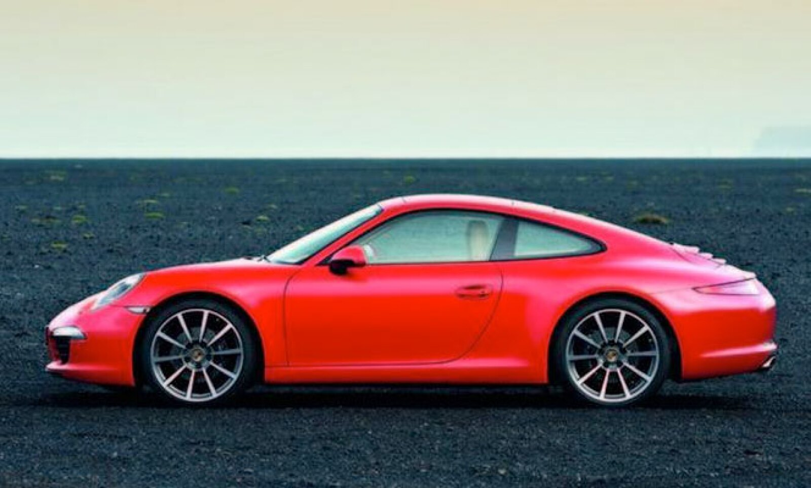 Finalmente se han 'filtrado' las primeras imágenes no oficiales del emblemático deportivo de la marca de Stuttgart y, por lo que muestran, el nuevo 911 luce casi igual que su generación anterior.
