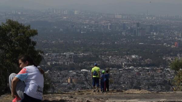 Visitantes en el mirador del Cerro de la Estrella, al oriente de la Ciudad de México.