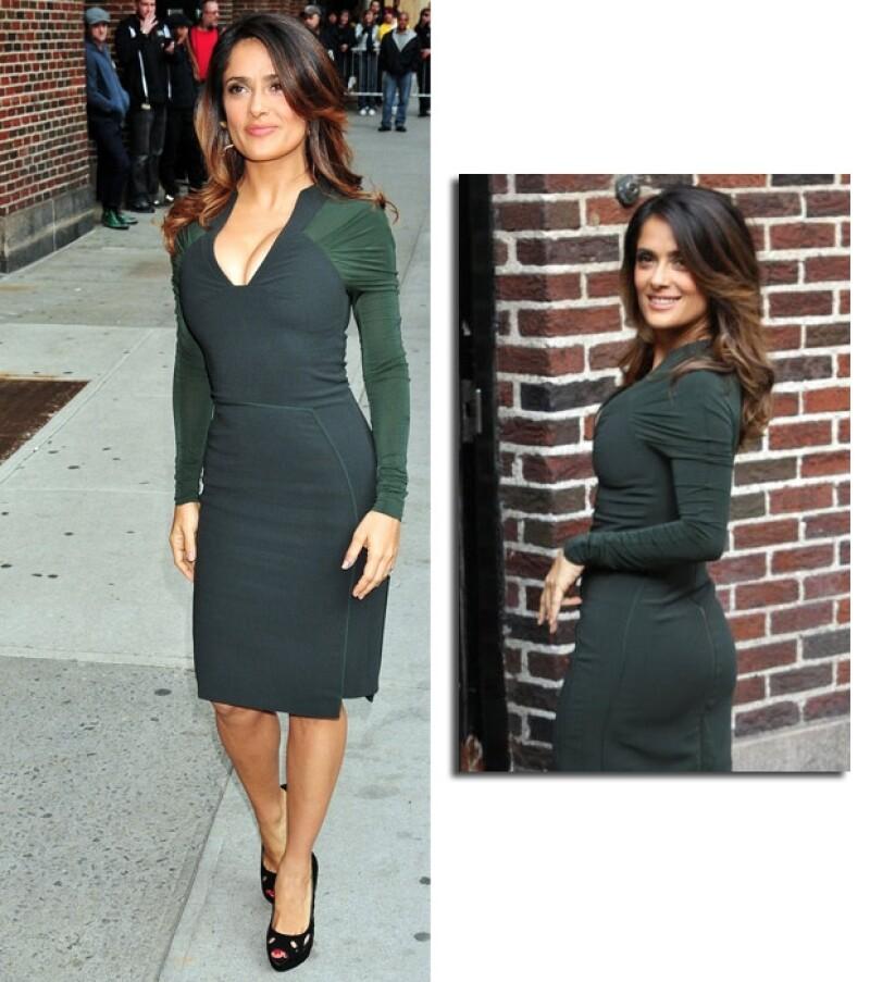 La actriz veracruzana se presentó al programa de David Letterman en un vestido ajustado que dejó ver su bien formada figura.