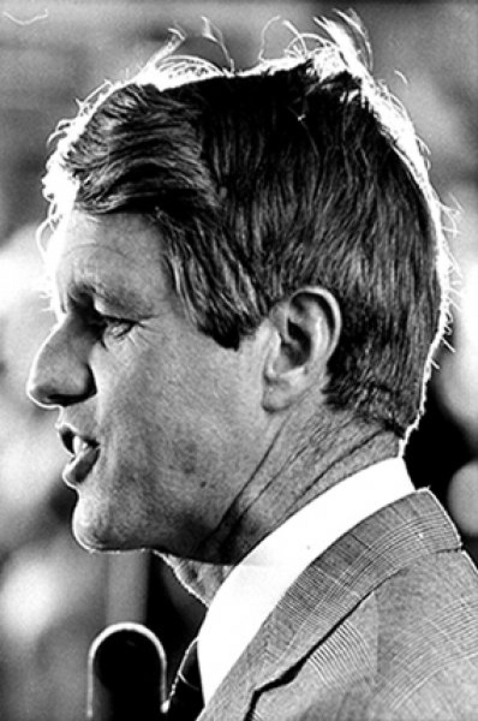 Estando en campaña, después de dar un discurso en California tras ganarle las elecciones primarias a McCarthy por el partido Demócrata, Robert Kennedy recibió un balazo que le provocó la muerte en 1968.
