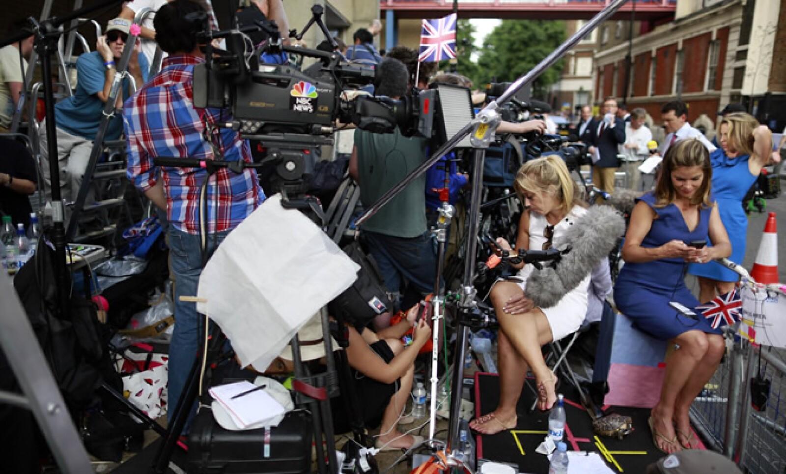Cientos de periodistas aguardan en las cercanías del Hospital St Mary, donde la duquesa de Cambridge, Kate Middleton, es atendida para labor de parto.