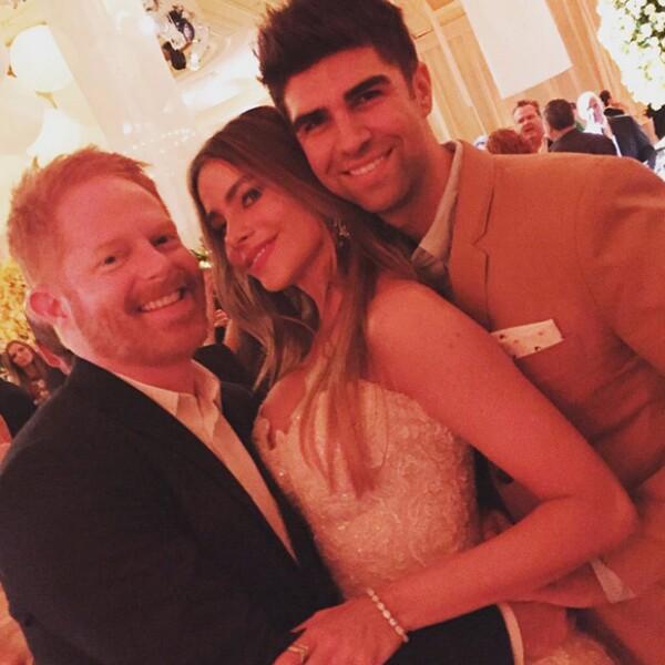 La novia con su compañero en la serie, el actor Jesse Tyler Fergurson y su esposo Justin Mikita.
