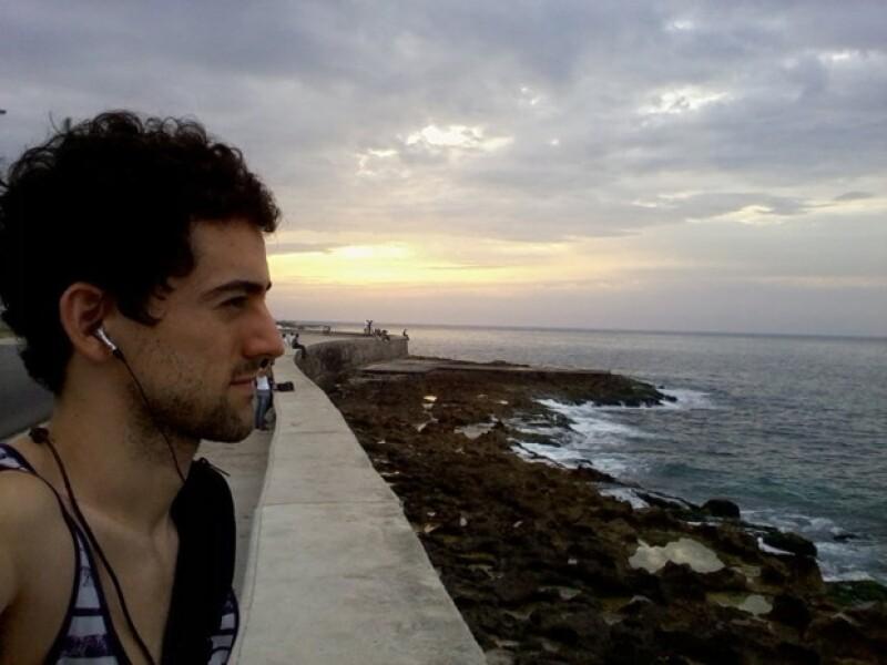 Al actor le gusta comprar un detalle de cada lugar que visita. Aquí en Cuba.