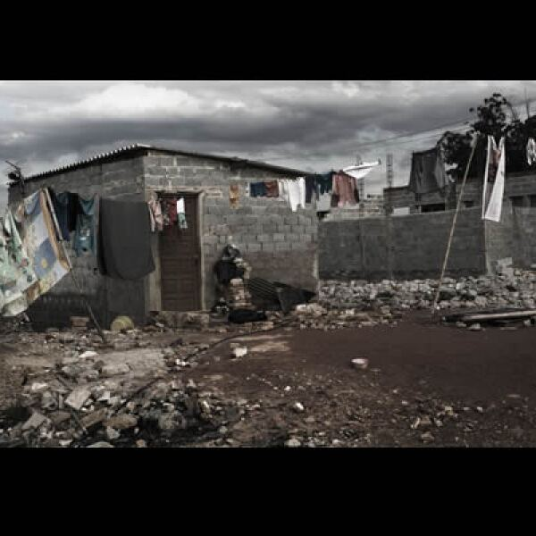 Esta vivienda fue comprada por una ONG para una familia que vivía como paracaidista en un edificio del centro, ahora ubicada en los callejones de la colonia Jardim Pantanal, al oriente. La madre de familia realizaba un trayecto de tres horas para trabajar