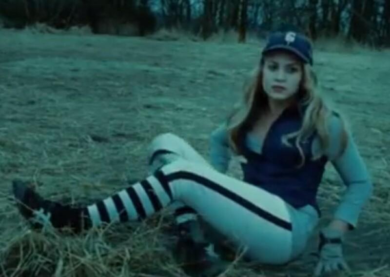 Los tomó para su compañera Nikki Reed, que desde que rodó su personaje le encantaron pero nunca se atrevió a llevárselos. Aprovechando que volvía al set, Kristen la ayudó a conseguirlos.