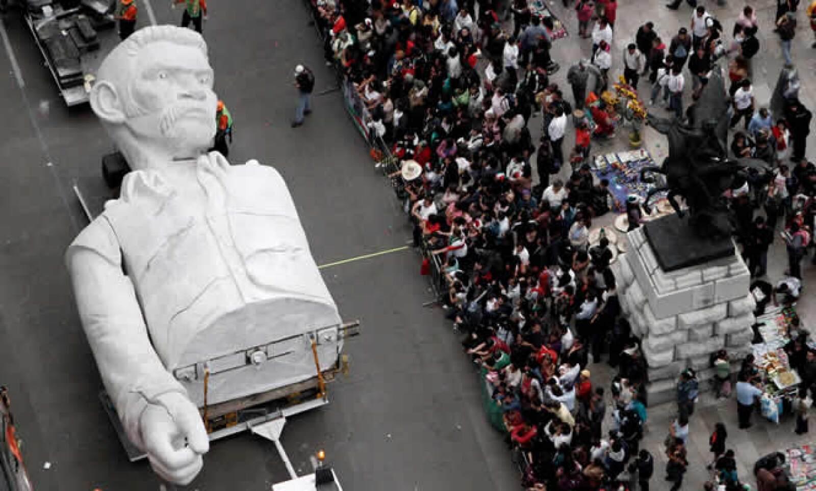 """La figura de """"El Coloso"""" también recorrió este desfile por reforma."""