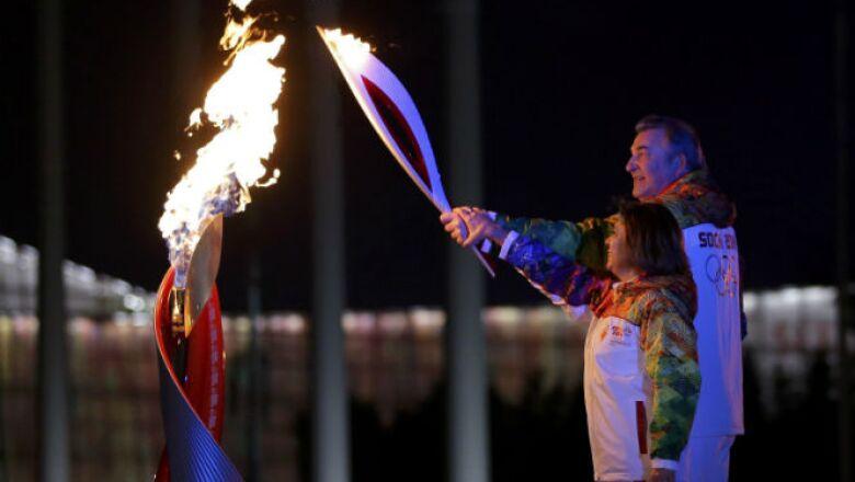 El exjugador de hockey Vladislav Tretiak y la patinadora de hielo Irina Rodnina fueorn los encargados de encender el pebetero.