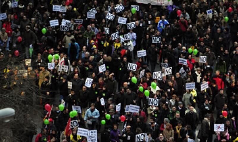 El Gobierno español recortó los pagos por despido injustificado de sus trabajadores y redujo los derechos de negociación colectiva. (Foto: AP)