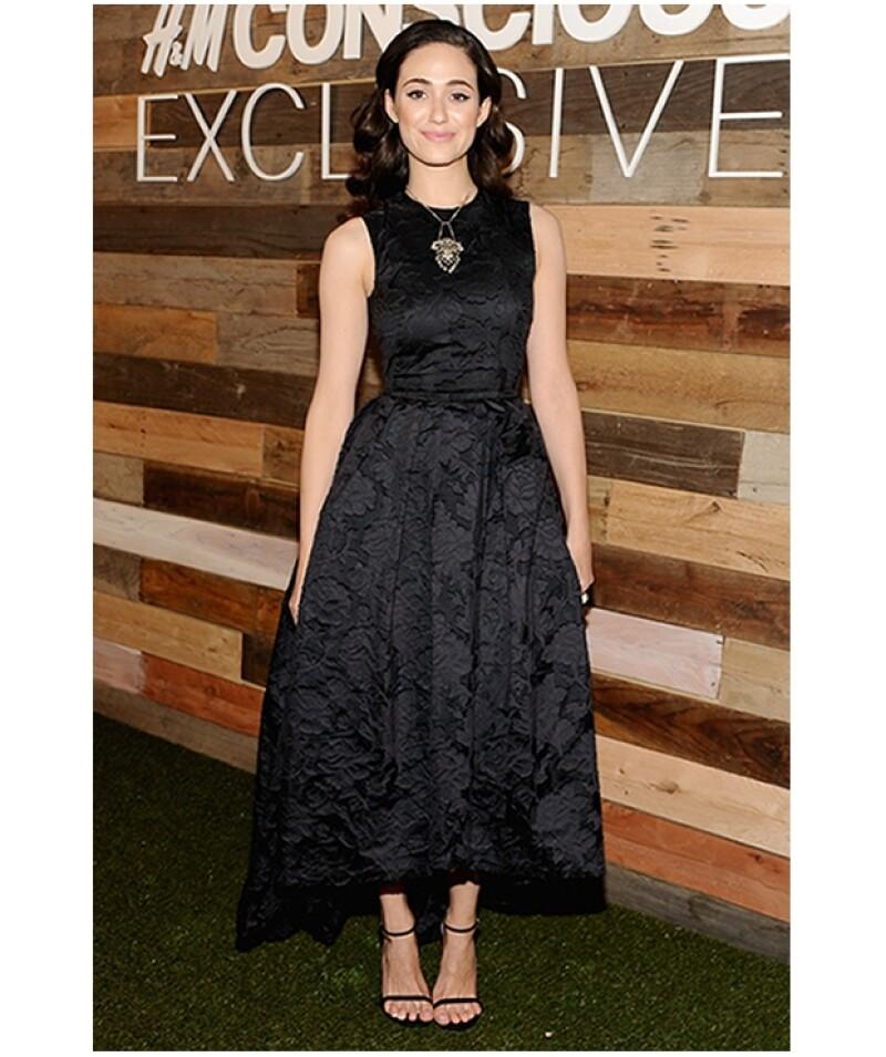 Emmy Rossum eligió un vestido con textura floral en colo negro. Su peinado es classy, ideal con su look.