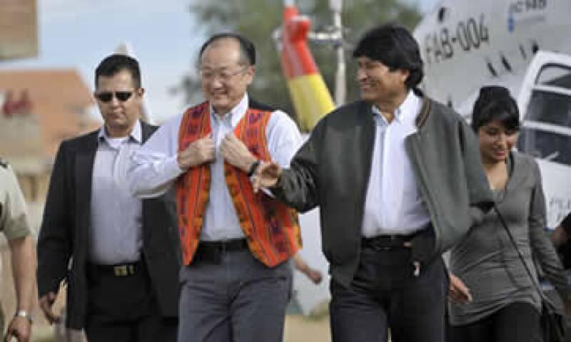 El presidente del organismo, Jim Yong Kim (izquierda), hizo su primera visita oficial al país. (Foto: Reuters)
