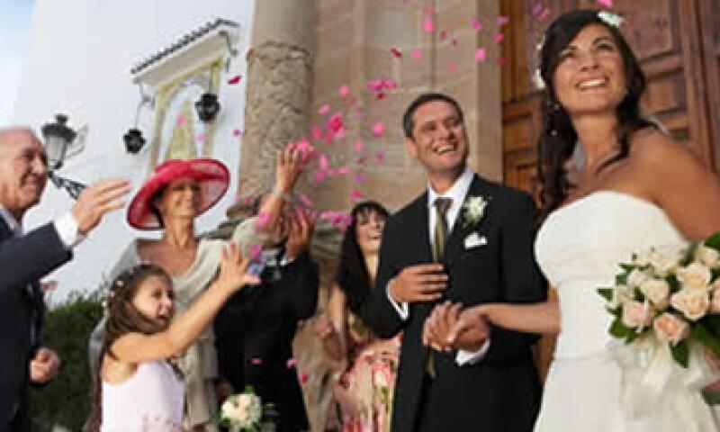 La pareja puede pedir a los invitados que en lugar de regalos le den el dinero de lo que gastarían en ellos para ayudar financiar la boda. (Foto: Archivo)
