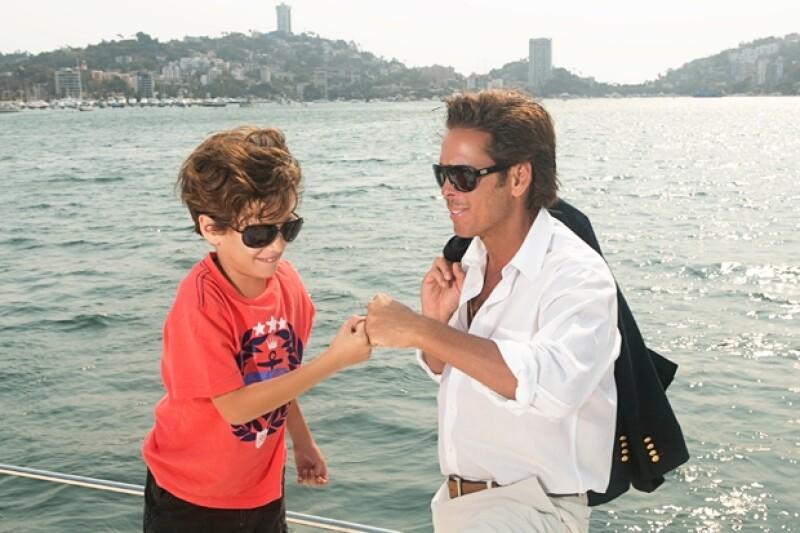 El actor posó con su hijo en el yate de su primo en Acapulco y platicó de los gustos que comparte con su pequeño, entre ellos los paseos en yate y los automóviles.