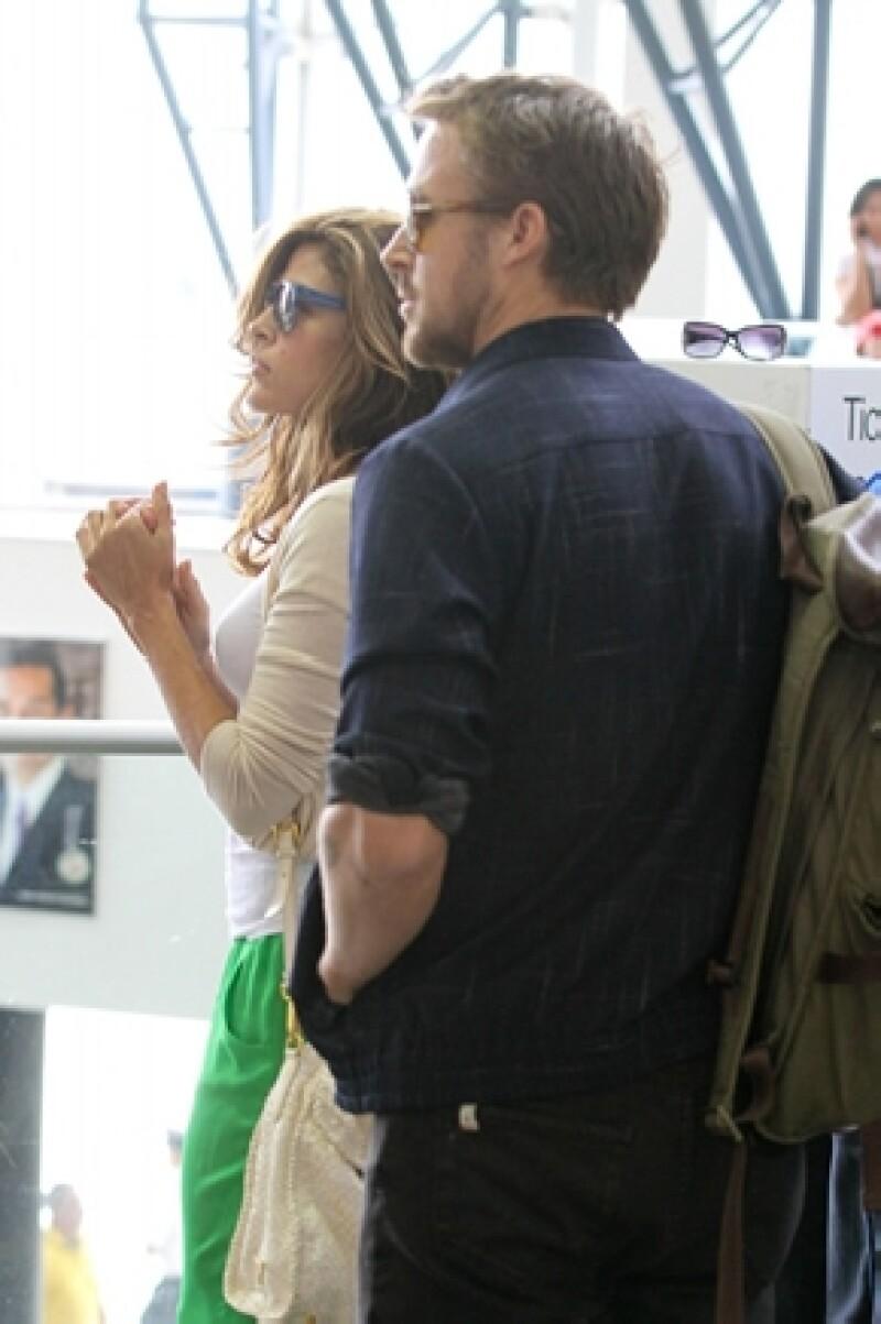 La actriz, quien actualmente sale con Ryan Gosling, aseguró que llegó a plantearse la idea de la adopción.