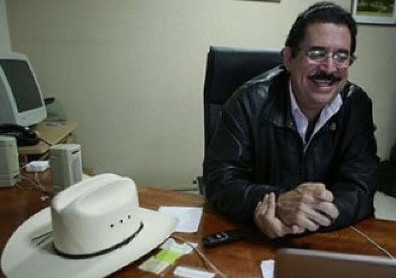 Zelaya envió a sus representantes a entregar el documento al Congreso. (Foto: AP)