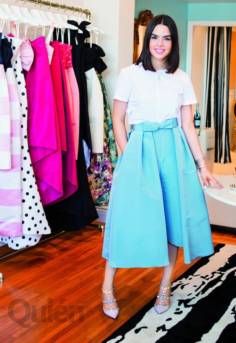 Alexia con una blusa de Marc by Marc Jacobs, falda convertible y pantalón gaucho de Alexia María, zapatos Valentino y una pulsera de la colección Tiffany T de Tiffany & Co.
