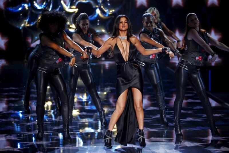 A pesar de no sentirse a la altura de las modelos del desfile, la cantante lució espectacular y realizó un gran performance.