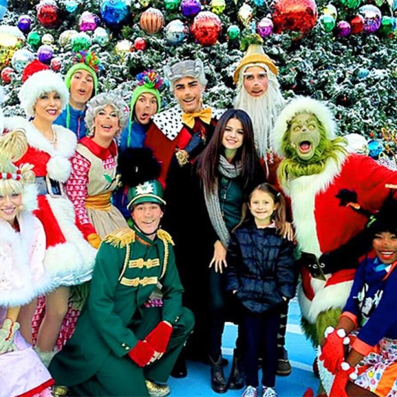 Después de disfrutar de la obra de teatro &#39Grinchmas&#39 con su prima Sophie, aprovechó para tomarse una foto con el elenco del show navideño de Universal Studios.