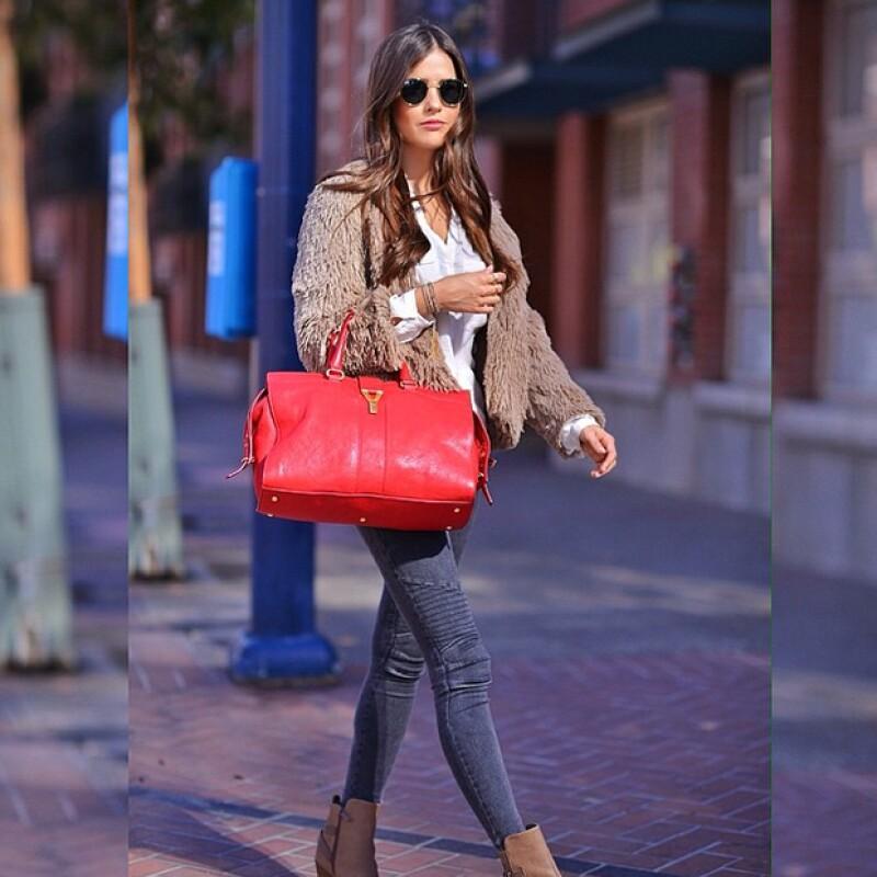 de46b5c4b Paola Alberdi de Blank Itinerary con una bolsa roja para levantar su outfit.