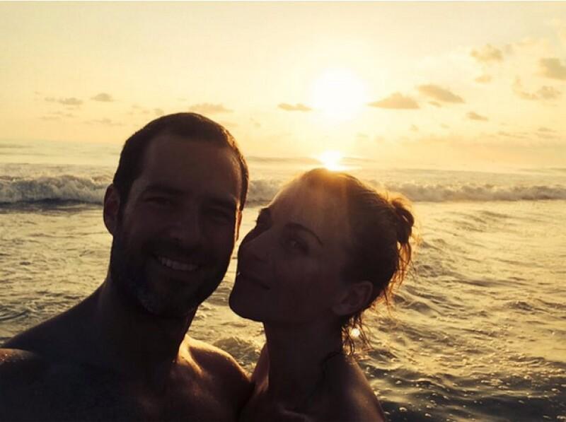 La actriz compartió una fotografía en la que aparece con su esposo, a quien conoció hace cinco años, cuando inició su historia de amor, y que hoy rememora.