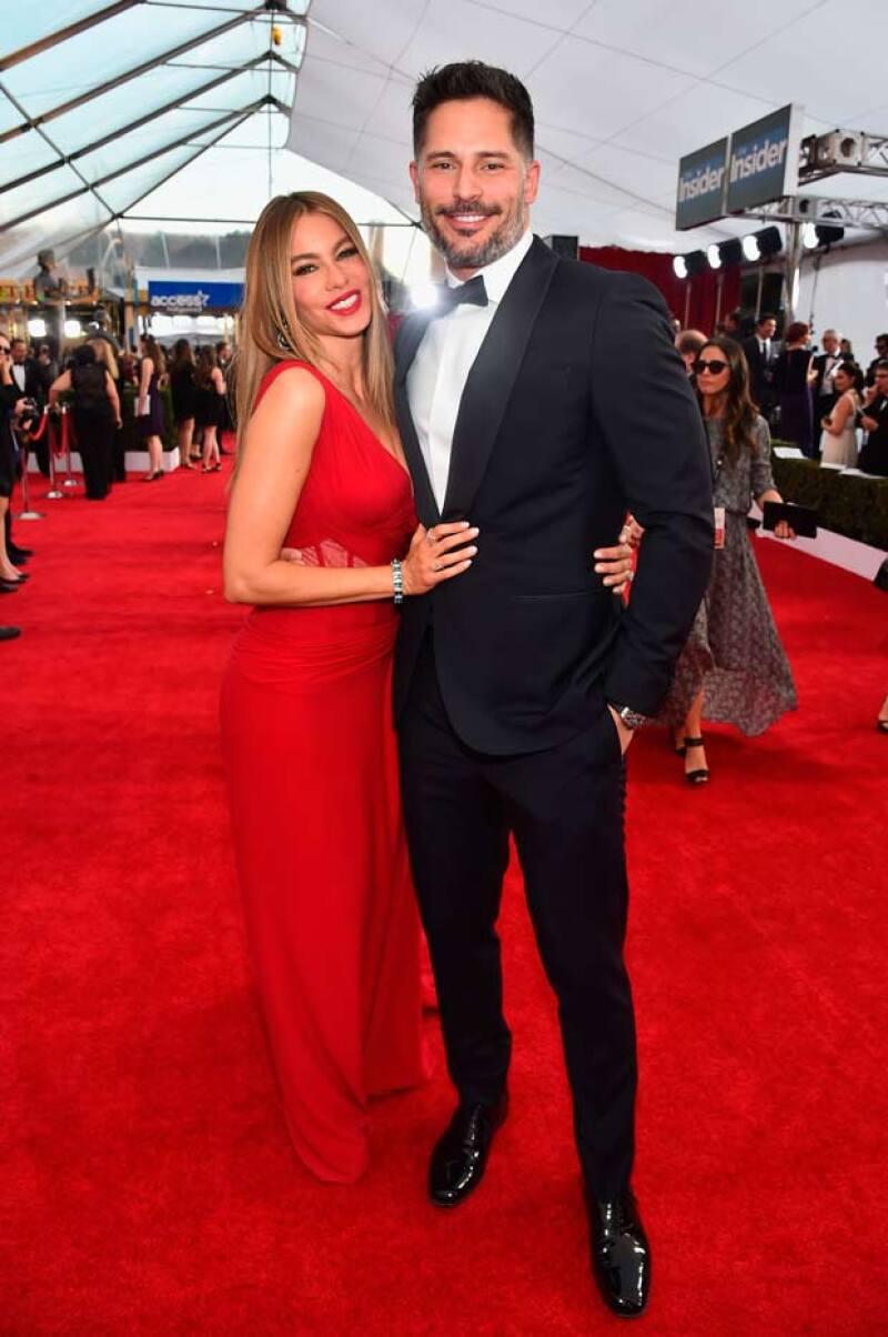 La actriz y su prometido robaron miradas al llegar a la red carpet de los premios, luciendo muy felices y más sensuales que nunca.