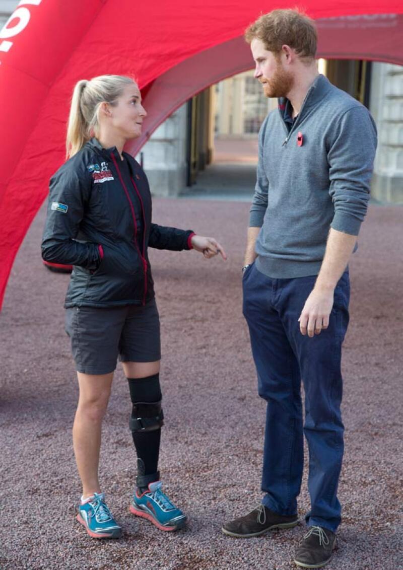 A pesar de estar lastimada de su pierna, Kirstie realizó el maratón con la finalidad de honrar la memoria de su compañero de batalla.