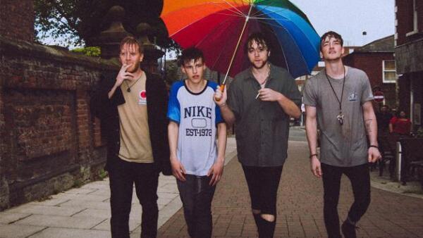 Los cuatro integrantes del grupo Viola Beach, así como su representante, murieron este fin de semana en Suecia, después de que su coche cayera a un barranco.