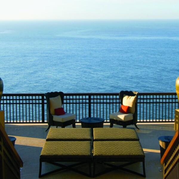 En la entrada al hotel no hay recepción y el check-in se hace en esta área con vista al mar.