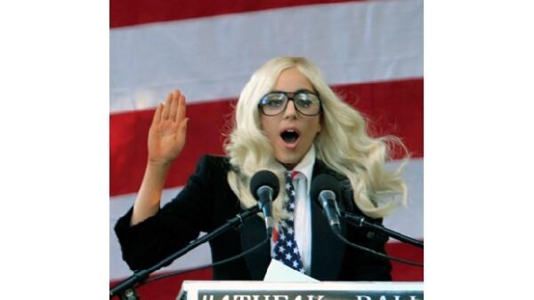 Ante más de dos mil personas, la cantante exhortó a senadoras y senadores a rechazar la ley que impide que los homosexuales revelen su orientación sexual.