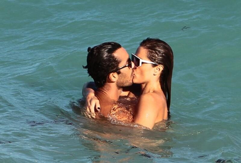 La pareja jugueteó y se besó apasionadamente sobre las olas.