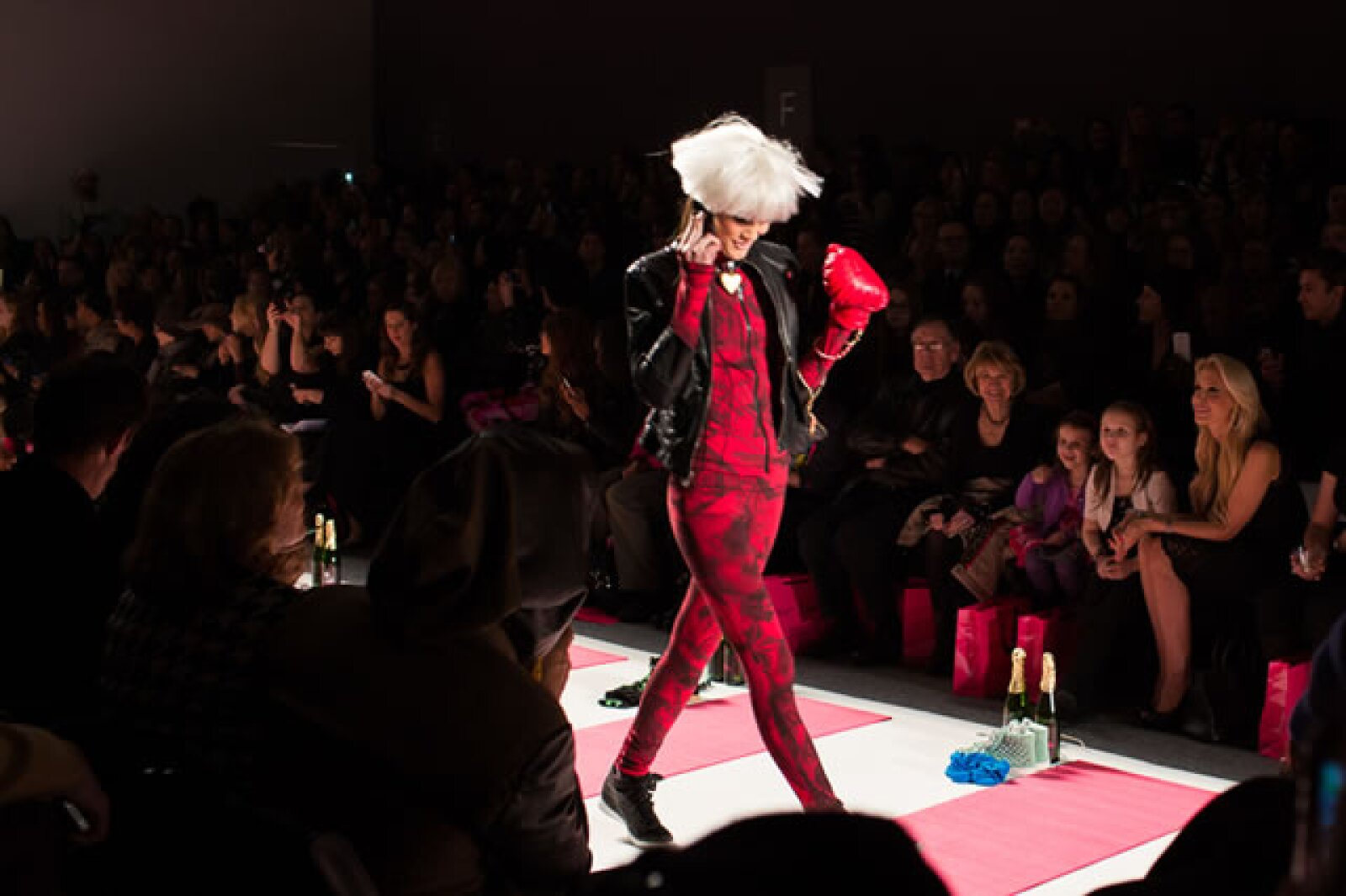 La diseñadora, de 70 años, mejor conocida por sus diseños hot pink y toques punk presentó su colección de Otoño-Invierno 2013/2014.
