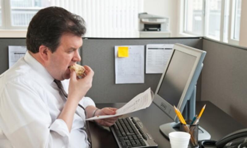 Las tardes en la oficina son el momento en que aumenta el consumo de comida chatarra.  (Foto: Getty Images)